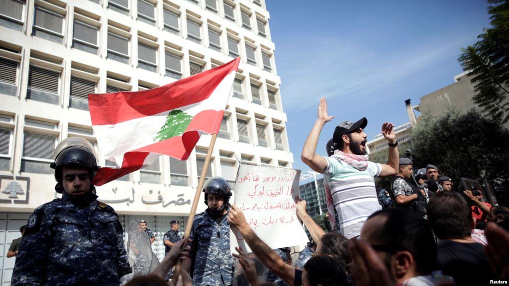 حاكم مصرف لبنان ينفي قوله إن بإمكان البنوك تحويل الودائع الدولارية إلى الليرة