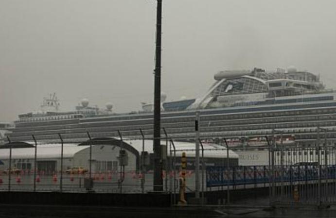 """""""كورونا"""" ومعضلة إجلاء ركاب السفينتين"""