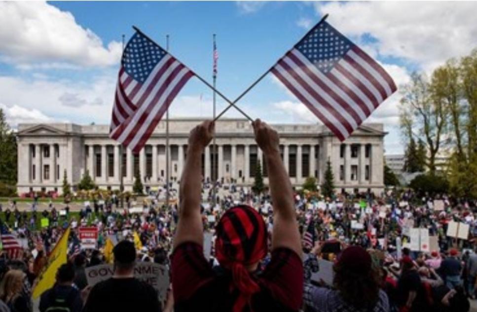 آلاف اليمينيين يتظاهرون ضد أوامر ملازمة المنزل في ولاية واشنطن