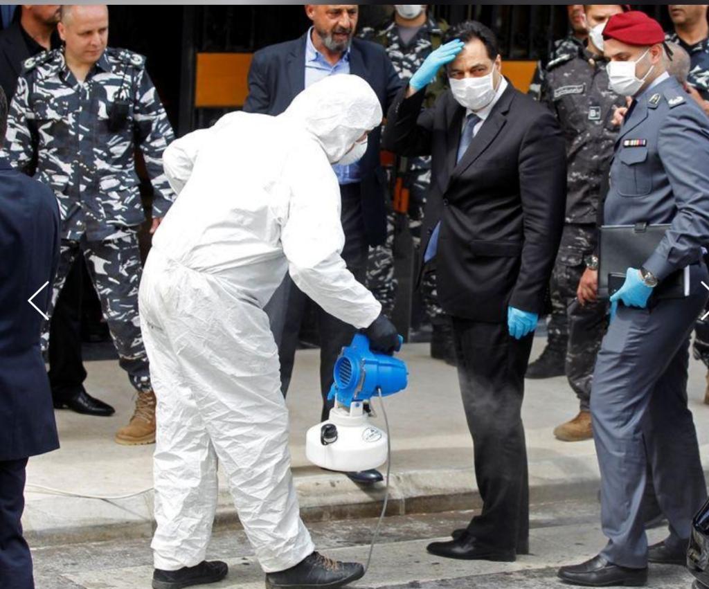 رش أعضاء البرلمان اللبناني بمطهرات لدى دخولهم لحضور جلسة