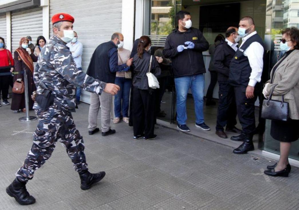 """لبنانيون بعد أن عصفت الأزمة بمدخراتهم: """"هذا استيلاء على الأموال"""""""