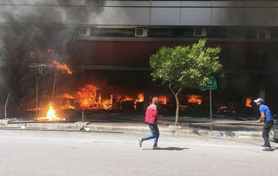 اضطرابات عنيفة تهز طرابلس في شمال لبنان ومقتل أحد المحتجين