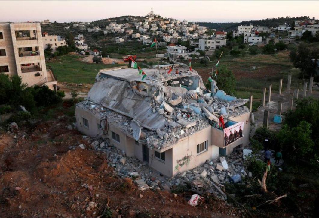 رئيس الوزراء الفلسطيني يندد بهدم إسرائيل منزل فلسطيني تتهمه بالمشاركة في هجوم