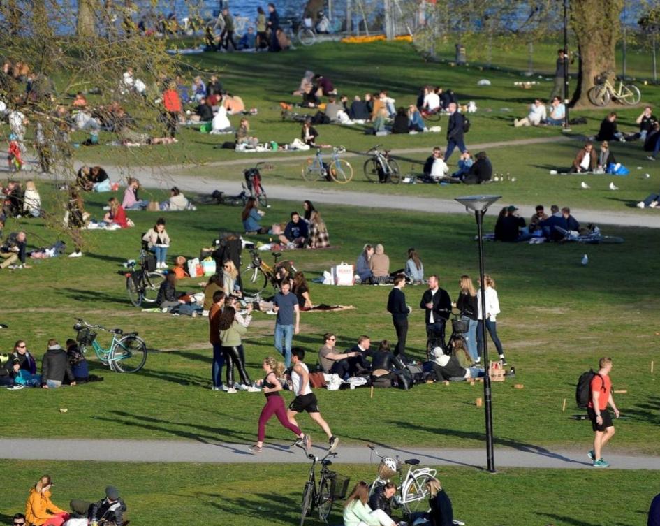 """""""نيويورك تايمز"""": العالم يراقب مقامرة السويد بعدم الإغلاق"""