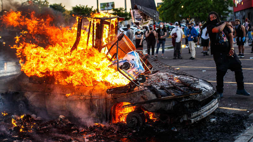 """اشتعال احتجاجات """"لا أستطيع التنفس"""" وفرض حظر التجول في مدن أمريكية"""