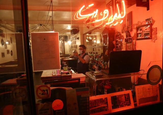 مطاعم بيروت على شفا الهاوية بعدما فاقم وباء كورونا الأزمة المالية