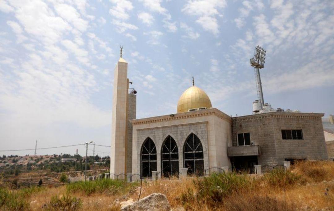 حريق متعمد يلحق أضرارا بمسجد في الضفة والفلسطينيون يتهمون المستوطنين