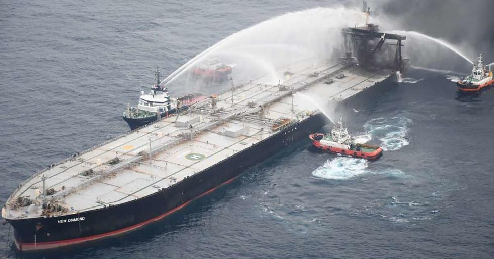 إخماد حريق على متن ناقلة بحرية سريلانكية