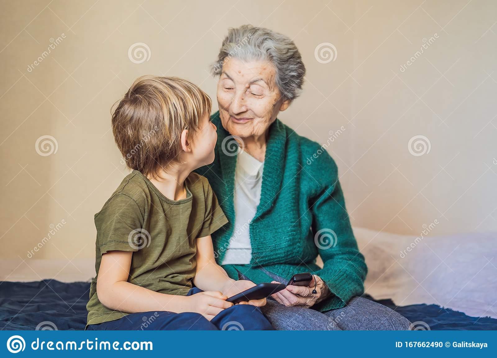 لوحة الفتى والسيدة العجوز