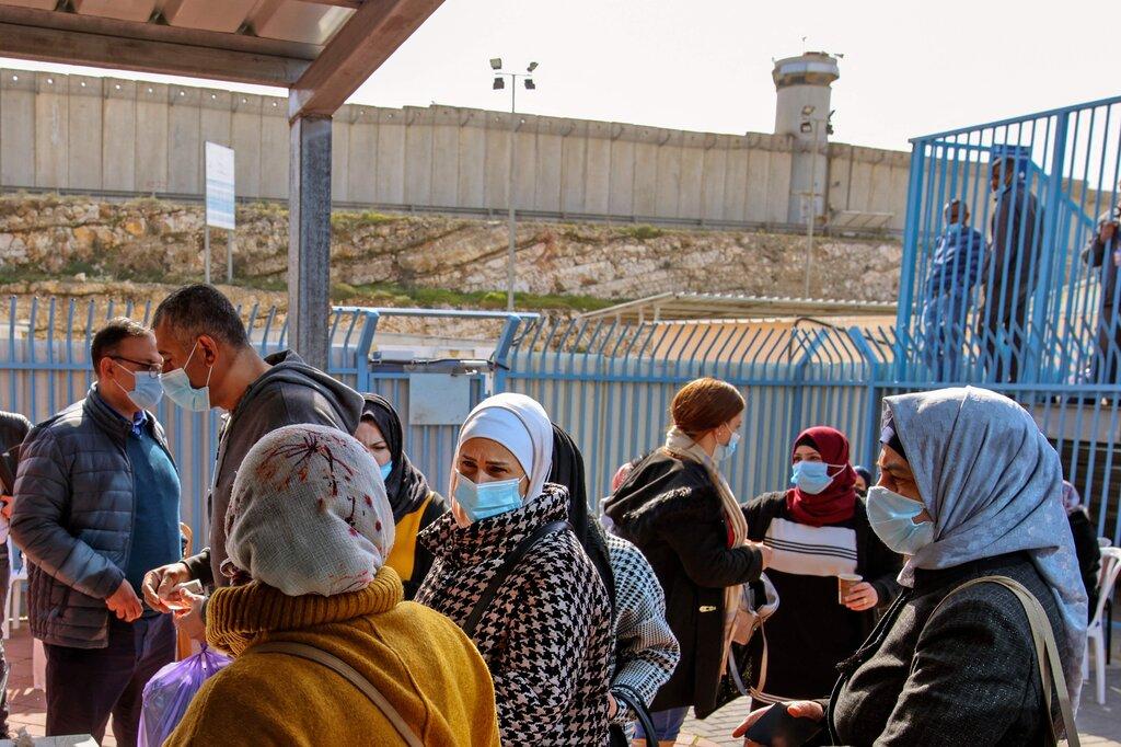 """""""نيويورك تايمز"""": """"إسرائيل"""" تعطي اللقاح لحلفاء بعيدين بينما ينتظر الفلسطينيون"""