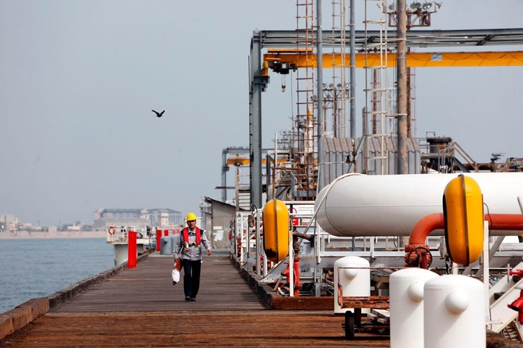 """""""ذا ناشونال انترست"""": واشنطن تحذر الصين من عقوبات لاستيرادها النفط الإيراني"""