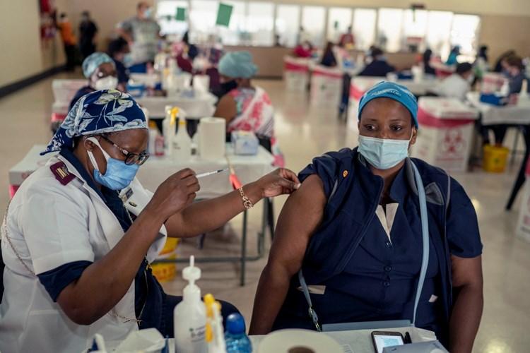 التحذيرات الغربية بشأن لقاحي أسترازينيكا وجونسون أند جونسون تقوّض حملة تلقيح الفقراء