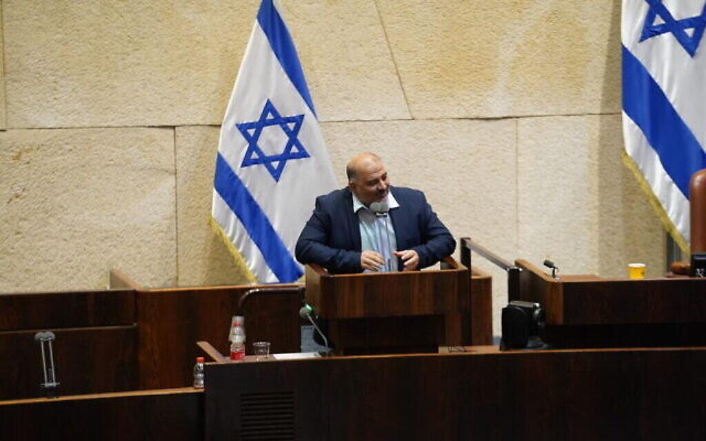 """""""هآرتس"""": منصور عباس قام بمجازفة إذا فشلت سيكون لها تداعيات على ثقة الجمهور العربي"""