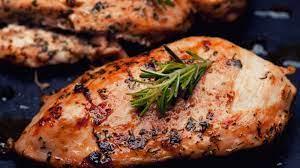 صدور الدجاج المتبلة لعشاء صحي خالي من الدهون