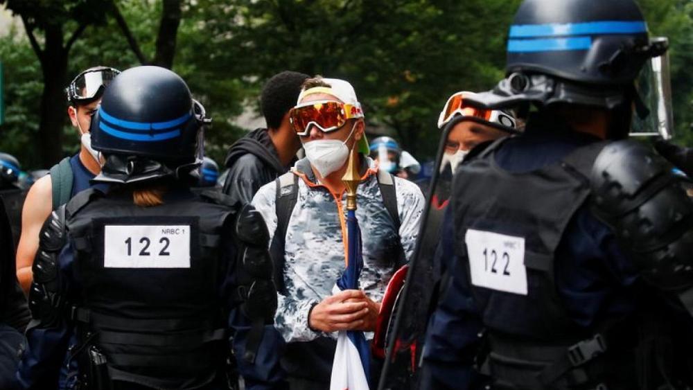 شرطة فرنسا تتصدى لاحتجاج على خطة لحظر دخول غير الملقحين للأماكن العامة
