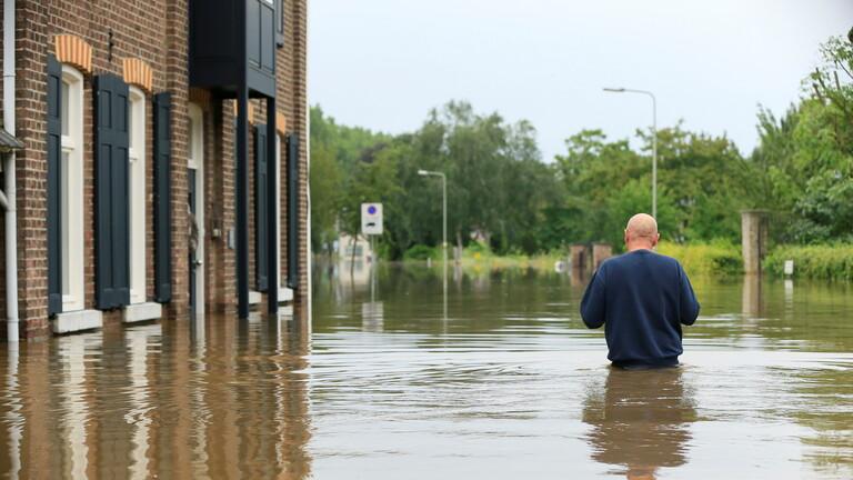 فرار الآلاف في هولندا مع اختراق مياه الفيضانات أحد السدود