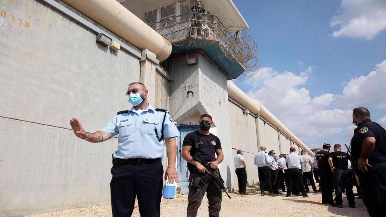 رفع حالة التأهب في جميع السجون الإسرائيلية والأجهزة الأمنية بشأن الأسرى الفلسطينيين الفارين