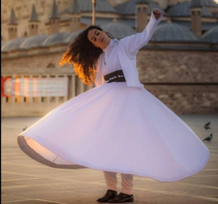 رنا جرجاني فتاة تمارس الرّقص الصّوفي